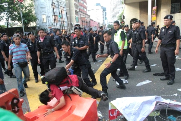 Wong Kin Onn was one of 14 journalists assaulted by police at Bersih. [Guang Ming photo]